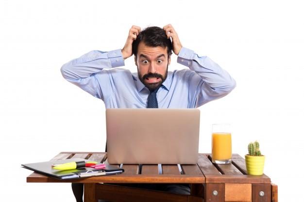 uomo-d-39-affari-frustrato-su-sfondo-bianco_1368-4550